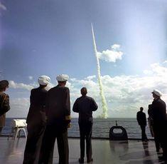 Intensas Fotos Históricas                1963: Na Flórida, menos de uma semana antes do seu assassinato, o presidente Kennedy observa o lançamento de um míssil a partir de um submarino nuclear
