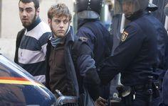 REUTERS - La policía se lleva detenidos a dos manifestantes.