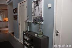 Home of Milla - Hallens väggar har fått en blå ton.