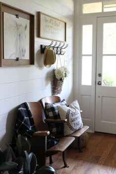 Farmhouse Foyer Reveal Transforming a traditional builder grade foyer to a modern farmhouse foyer. Get the fixerupper look with all the farmhouse style and feels. Vintage Farmhouse Decor, Modern Farmhouse Style, Vintage Home Decor, Country Farmhouse, Country Decor, Hallway Decorating, Interior Decorating, Interior Design, Decorating Ideas