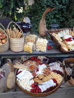 Brunch at home Cheese Bar, Cheese Table, Food Platters, Cheese Platters, Catering, Wine And Cheese Party, Food Stations, Wine Parties, Buffets