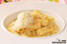 Una receta de pasta diferente es la que os proponemos con estos Rigatoni con salsa de parmesano. La elaboración es muy sencilla, se necesitan poco ingredientes y muy básicos, y sólo se utilizará una cazuela para cocinar. El resultado es mucho más rico de lo que parece.