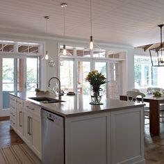 Grand ilot de cuisine contemporaine avec lave-vaisselle et évier intégrés Kitchen Armoire, Kitchen Cupboard Handles, White Kitchen Cabinets, Kitchen Reno, Kitchen Design, Beautiful Kitchens, Cool Kitchens, Home Interior, Interior Decorating