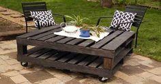 table de jardin faite avec palette en bois. Deux palettes montées sur roulettes fixe à frein