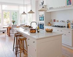 An Edwardian home in Glasgow with an bright, light and airy open plan living design with white kitchen. Kitchen Family Rooms, Living Room Kitchen, New Kitchen, Kitchen Decor, Kitchen Small, Kitchen Island, Open Plan Kitchen Dining Living, Shaker Kitchen, Kitchen White