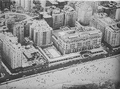 Na década de 1950, com a piscina do Copacabana Palace já finalizada, e com o grupo de 3 edifícios (Chopin, Prelúdio e Balada) em construção à esquerda do hotel.