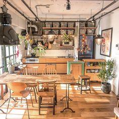 テイストの違うダイニングチェアを並べたダイニング。バラバラなようで統一感があるのは、部屋の家具の脚がすべて細身で主張しないから。またテイストの差はあれどすべて木材でできているので、おしゃれなカフェの様な空間になっています。