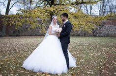 Kallt och blåsigt men ack så vackert brudpar! #bröllop #bröllopsklänning #bröllopsfotograf #bröllopsinspo #bröllop2018 #weddingdress #weddings #weddingday #vadstena #vadstenaklosterkyrka #vadstenakloster #vadstenakommun #östergötland #bröllopsfoto #canonphotography #canon5dmk4 #tamron45mm #love #kärlek #autumn #höstbröllop
