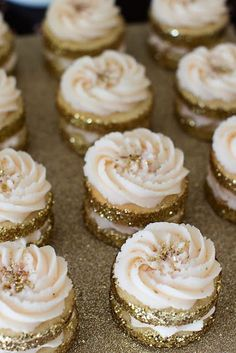 Prettiest {Cupcakes} Ever! Glitter gold cupcakes for New years! Gold Cupcakes, Wedding Cupcakes, Fancy Cupcakes, Wedding Cookies, Wedding Cake, Pretty Cupcakes, Gold Cake, Yummy Cupcakes, Wedding Favors
