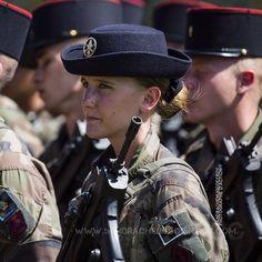 Femme militaire du 92eRI lors des répétitions du 14 juillet [Ref:4516-22-0809] #armeedeterre #portrait #repetitions #92eRI #femme #famas