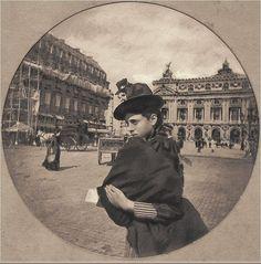 """""""Jeune fille, place de l'Opéra"""". Une photo de Nadar, 1886  (Paris 2ème/9ème)"""