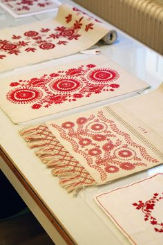Delsbosöm, Järvsösöm och Anundsjösöm. Broderier ur Handarbetets Vänners samlingar. Foto av Alicia Sivertsson. Traditional Swedish embroidery, photo by Alicia Sivertsson.