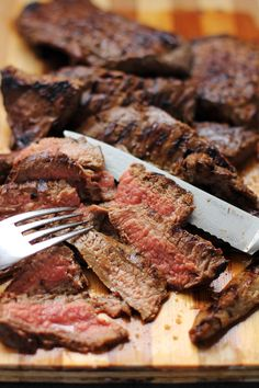 Juicy Tender Grilled Skirt Steak cooked perfectly just for under six minutes, you never know a cheap cut like this can be better than the expensive ones Grilled Skirt Steak, Grilled Meat, Grilling Recipes, Beef Recipes, Cooking Recipes, Yummy Recipes, Budget Recipes, Smoker Recipes, Gastronomia