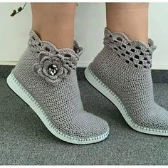 sandalias y zapatos tejidos a crochet ile ilgili görsel sonucu Crochet Sandals, Crochet Boots, Crochet Clothes, Crochet Baby, Crochet Cord, Knit Shoes, Sock Shoes, Shoe Pattern, Knitted Slippers