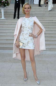 Eva Herzigova com Vestido Branco e Blazer em Cannes