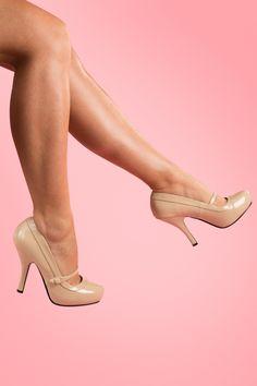 Retro40s Cutiepie Mary Jane Beige patent platform pumpsvon Pinup Couture. In Zusammenarbeit mit Borello hat Pin up Girl ihre eigene Schuhkollektion entworfen: Pinup Couture Shoes. Die Schuhe passen perfekt zu der Kleiderkollektion!Vintage inspirierte sog. Mary Jane Pumps aus (Kunst)Lackleder in Beige, mit dem typischen Bändchen.Diese Pumps haben ein verborgenes Plateau und sind daher nicht so hoch wie man denkt. Mit komfortablem Fußbett und zierlichem Absatz. ...