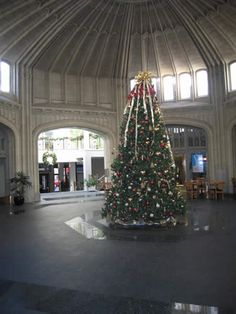 Healey Building, Downtown Atlanta, Georgia.   Healey rotunda at Christmastime
