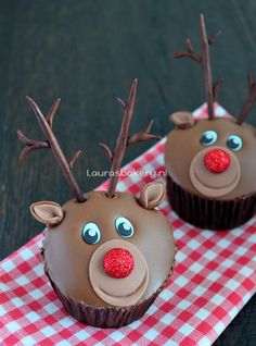 "17 Seriously Adorable Reindeer Desserts to Make This Christmas - - These sweet reindeer cupcakes and cookies will ""sleigh"" you. Christmas Cupcakes Decoration, Christmas Desserts, Christmas Treats, Christmas Baking, Christmas Cookies, Birthday Desserts, Cute Desserts, Desserts To Make, Mini Cakes"