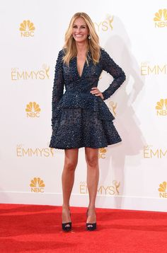 Julia Roberts  siempre espectacular con un vestido verde oscuro de Elie Saab que combinó con peep-toes de Christian Louboutin. #Emmy #Fashion