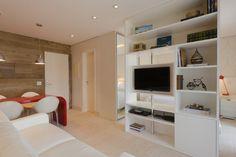 Esta sala com 15 m² faz parte de um miniloft (38 m²) com design assinado pela arquiteta Cynthia Pimentel. Para ganhar espaço, o projeto recorreu à marcenaria e criou uma estante que serve como divisória entre os ambientes. Além das prateleiras, o móvel acomoda um tubo giratório para a TV