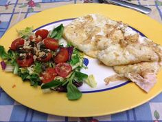 Tortilla de 10 claras de huevo y atún, con una ensalada variada con tomates cherry