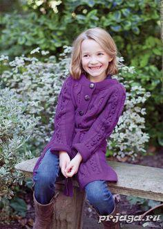 Вязание спицами пальто для девочки – трудоемкая работа для опытных владелиц спицами. Модель выглядит изумительно красиво на девочках любого возраста.