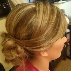Coque ~ franja lateral ~ moicano #flaviayukiehairstylist  #noivas #casamento #pousoalegre #suldeminas #penteado #penteadosmodernos #makingof #atendimentovip #madrinhas #hairstyle #hairstylist #pivotpoint