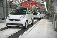 Smart Fortwo Electric Drive:inizia la produzione  La terza generazione della Smart elettrica (quella che dovrebbe cercare il colpo grosso per la nuova mobilità) inizia la produzione nello stabilimento francese di Hambach con un investimento di oltre 200 milioni di euro. La piccola tedesca in versione a emissioni ZERO viene prodotta...