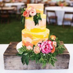 wedding cakes blush 2019 Trend Report: Whats In amp; Whats Out This Year wedding themes Different Wedding Cakes, Wedding Cake Prices, Purple Wedding Cakes, Wedding Cakes With Cupcakes, Wedding Cakes With Flowers, Elegant Wedding Cakes, Beautiful Wedding Cakes, Wedding Cake Designs, Yellow Wedding
