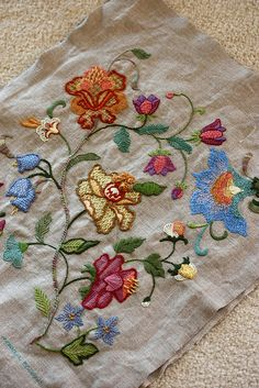 crewel embroidery pillow   Flickr: Intercambio de fotos