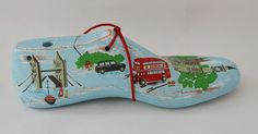 De Londres, Cath Kidston y nuevas hormas / decorate shoe last London Decoupage, Lovely Things, Decorated Shoes, Stained Glass Windows, Sculptures, Tops, Shoe Tree, Painted Wood, London