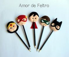 Fácil tutorial y 14 ideas de cómo decorar tus lapices y plumas ~ lodijoella Foam Crafts, Diy And Crafts, Crafts For Kids, Felt Gifts, Diy Gifts, Wonder Woman Party, Pencil Toppers, Felt Patterns, Animal Projects