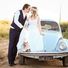 Um fusca azul  #wedding  #casamento #casamentoaoarlivre #noivos #penoaltar…