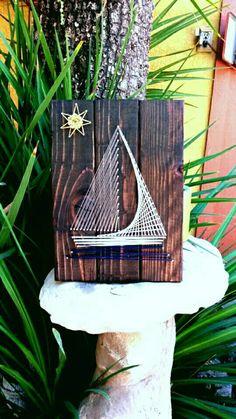 Dies ist ein String Kunst Zeichen ich durch Hand-schneiden machte und färben ein Stück Holz. Das Holz ist ein dunkel braun gebeizt. Das Segelboot ist mit silbernen Nägeln gemacht, die Segel sind eine Farbe Creme, das Schiff ist eine blasse Mint blau, das Wasser unten ist Marineblau und die Sonne ist ein Senf farbigen String. Die Zeichenfolge und Holz könnte in welcher Farbton kommen, die Sie möchten.  Abmessungen:  12 x 14 x 1/2  oder beliebige Dimensionen.  Alle meine Schnur-Kunst auf…