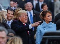 """► Pues se equivocan ambas. Cometen el error de creer que los que votaron a Mr. Trump son más o menos gente a los que les gusta la zafiedad [sí, sí; lo deja medianamente claro, no atreviéndose a decirlo tal cual por... corrección política]. Se lo aclaro a usted, a ambas mejor dicho, por qué la gente votó a Mr. Trump [lo venía yo sosteniendo y lo comenté tal cual el día siguiente a las elecciones estadounidenses]:    """"Es una patada a la progresía mundial. Es un parar en seco a ese socialismo…"""