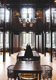 Glasgow School of Art library, designed by Rennie Mackintosh. Os designers produziam obras que aliavam o funcionalismo com a estética , fazendo um interface entre o movimento arts and crafts e o movimento art nouveau. As obras eram uma fusão de linhas geométricas com padrões lineares de formas orgânicas.