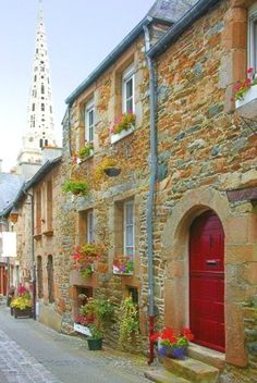 TRADITIONAL FRENCH HOUSES AND STREETS IN TRUGUIER