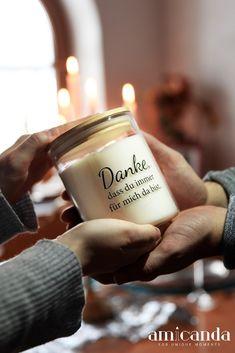 Freunden einfach ein kurzes, aber ernst gemeintes DANKE sagen. Was eignet sich besser dazu, als eine selbstgestaltete Kerze? Candle Jars, Candles, Simple, Stocking Stuffers, Glee, Candy, Candle Sticks, Candle