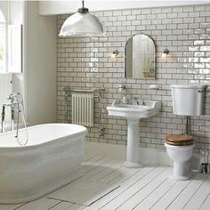 Hay un baño bonito, con uno bañera y el aseo. También el fregadero.