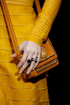 The complete Bottega Veneta Fall 2018 Ready-to-Wear fashion show now on Vogue Runway. Fall Handbags, Kate Spade Handbags, Fashion Bags, Fashion Show, Fashion Jewelry, Women's Fashion, Italian Handbags, Fashion Tips For Women, Ladies Fashion