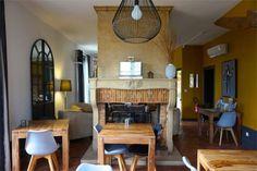 Weekend dans le Beaujolais : 8 expériences à ne pas louper ! - Chouette World - Blog voyage Le Beaujolais, Blog Voyage, Table, Furniture, Home Decor, Owls, Decoration Home, Room Decor, Tables
