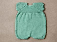 Pelele manga corta tricotado con algodón #RubiNatural #modainfantil Crochet Baby Poncho, Baby Boy Knitting Patterns, Crochet For Boys, Knitting For Kids, Baby Knitting, Layette Pattern, Romper Pattern, Baby Kimono, Baby Dress