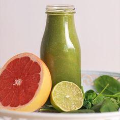 To, že je zelené, neznamená, že je nechutné! 🌱 Vyskúšaj toto osviežujúce smoothie plné vitamínov 😊 Pomáha pri spaľovaní tukov 👙 #smoothie #videorecipe #dnespijem #zelenesmoothie #healthy #fitrecipes #smoothies #smoothietime #smoothielove
