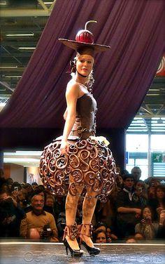 une femme avec un chocolat robe et  chapeau #paris