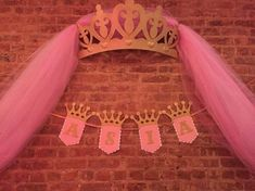 THIS LISTING IS JUST FOR THE BANNER Decorate your backdrop with this beautiful glitter princess banner. The glitter crowns and letters will catch the light and beautifully complete any princess themed party. Banner features a white scalloped flag layered Princess Theme Party, Baby Shower Princess, Princess Birthday, Girl Birthday, Party Kulissen, Party Fiesta, Pink Gold Party, Pink And Gold, Accessoires Photo