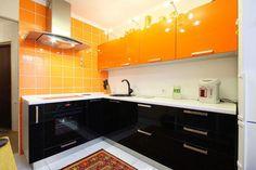 Кухня угловая черно-оранжевая