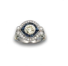 Sortija est. Art Deco, oro blanco, diamantes y zafiro.