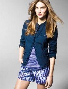 """""""En esta imagen: Chaqueta (2F1QL2015); T-shirt (3Z4LE1G92); Shorts (4C7MS9054). Colección Mujer United Colors of Benetton primavera/verano 2013."""""""