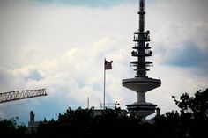 Hamburg Fernsehturm von der Alster aus - Amerikanische Botschaft