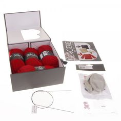 1 Newborn Kit in Rouge.   The kit includes 3 balls of CALINE, 1 packet of transparent poppers (10mm), 1 packet of teddy buttons, 1 pair of soles age 3/6 months, 1 circular needle 2.5, 1 coloured thread for the embroidery and the instructions. Delivered in a reusable gift box.